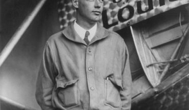 File:Charles Lindbergh and the Spirit of Saint Louis (Crisco restoration, with wings).jpg